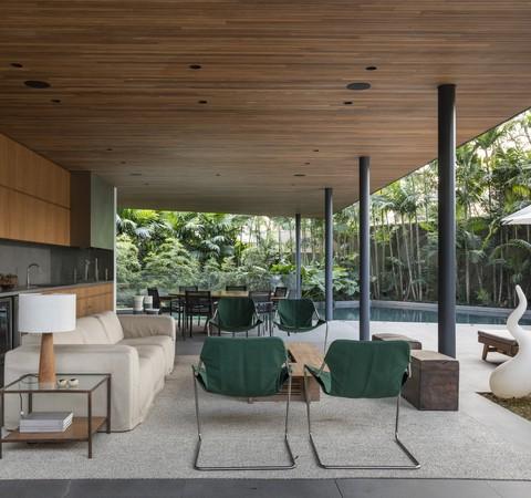 Casa de 1,3 mil m² cercada de verde em meio a São Paulo