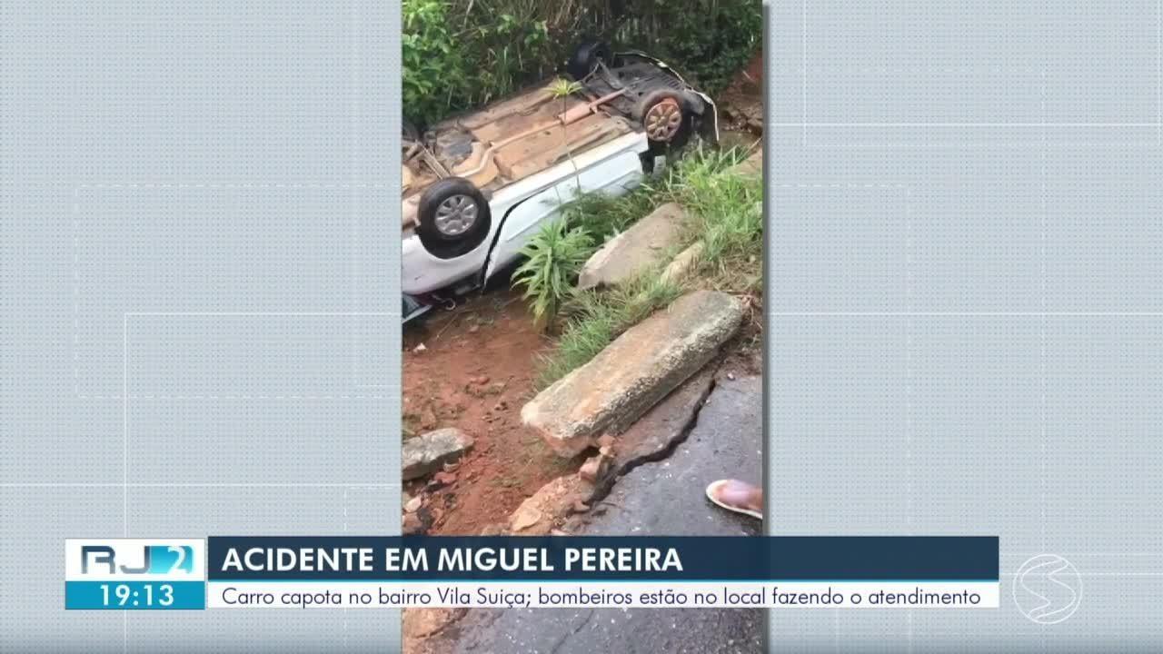 Carro capota e cai em barranco em Miguel Pereira