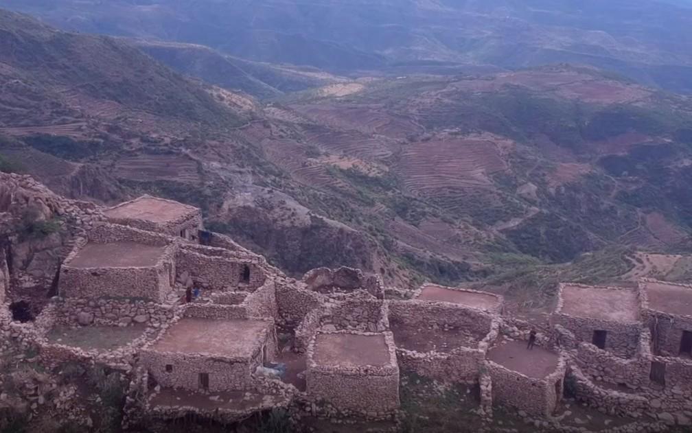 O vilarejo que sobrevive há mais de 900 anos no topo de uma montanha — Foto: Reprodução/BBC