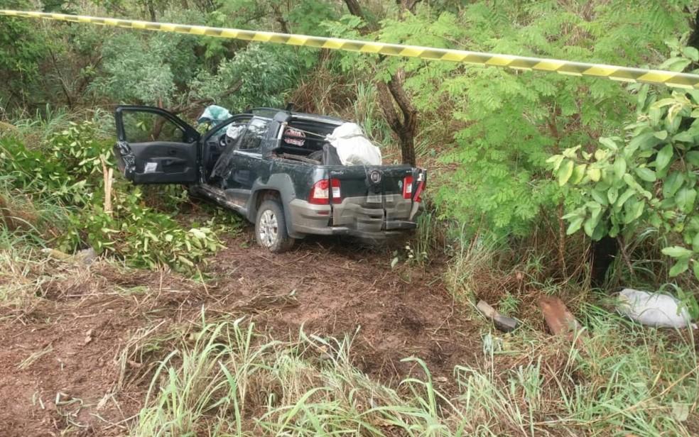 Fiat Strada cai em barranco após batida na BR-040, em Cristalina — Foto: Divulgação/ PRF