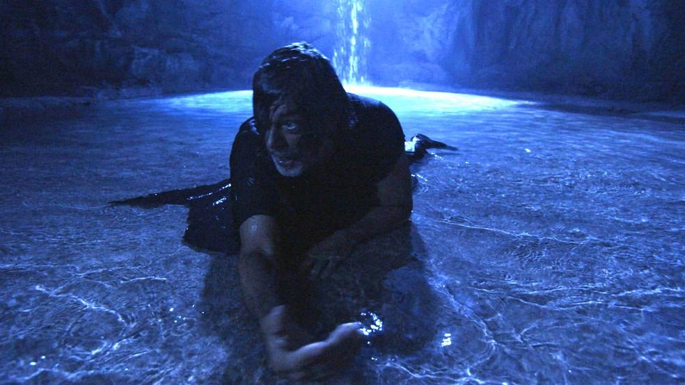 León mergulha na fonte e vira humano para sempre, em 'O Sétimo Guardião' — Foto: TV Globo