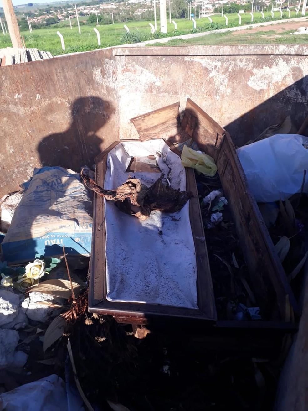 Ossada humana foi encontrada dentro de caçamba em Borborema — Foto: Arquivo Pessoal