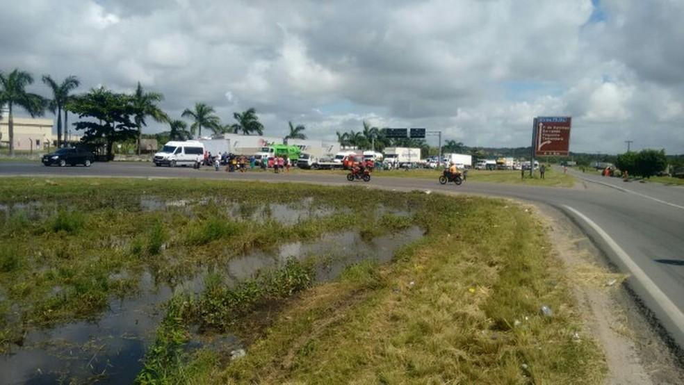 Caminhoneiros ocupam faixa da BR-101, em Jaboatão dos Guararapes, no Grande Recife, contra aumento do combustível (Foto: PRF/Divulgação)
