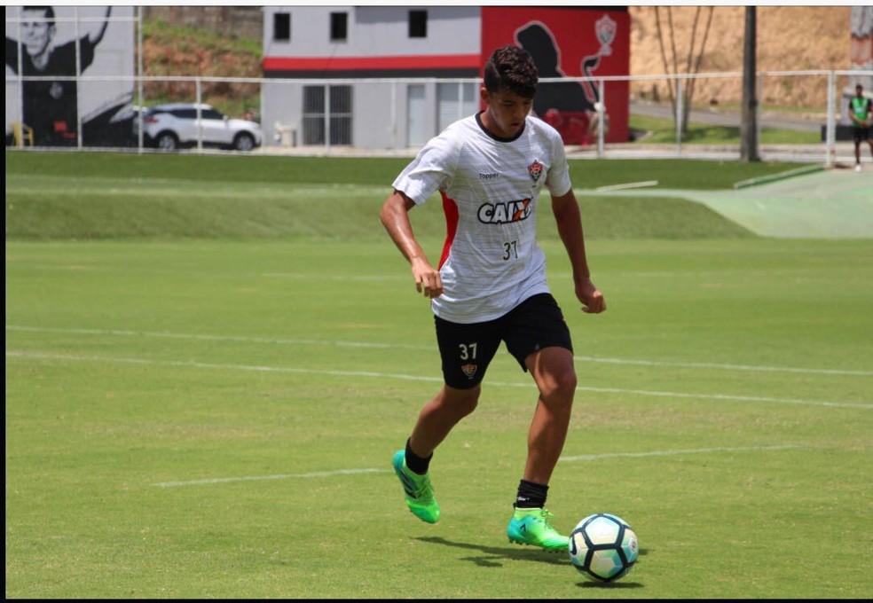 ... Bruno Bispo está perto de renovar o contrato com o Vitória — Foto   Matta Fotografias 7a4303ac44bf3