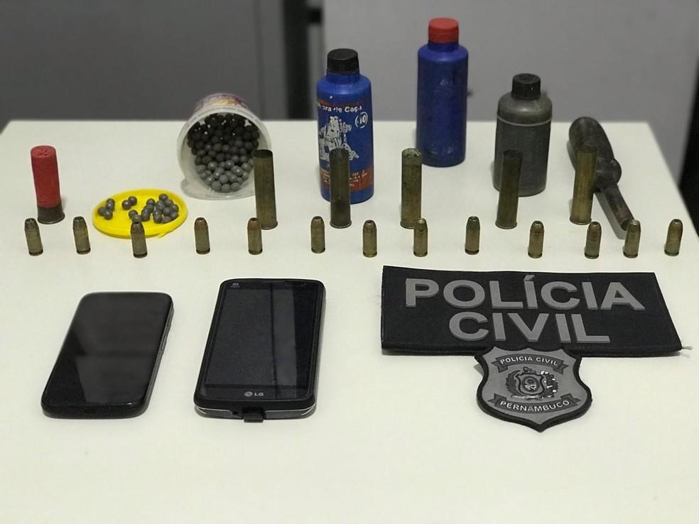 Dois homens foram presos em Ipojuca, no Grande Recife, com armas e munições — Foto: Polícia Civil/Reprodução