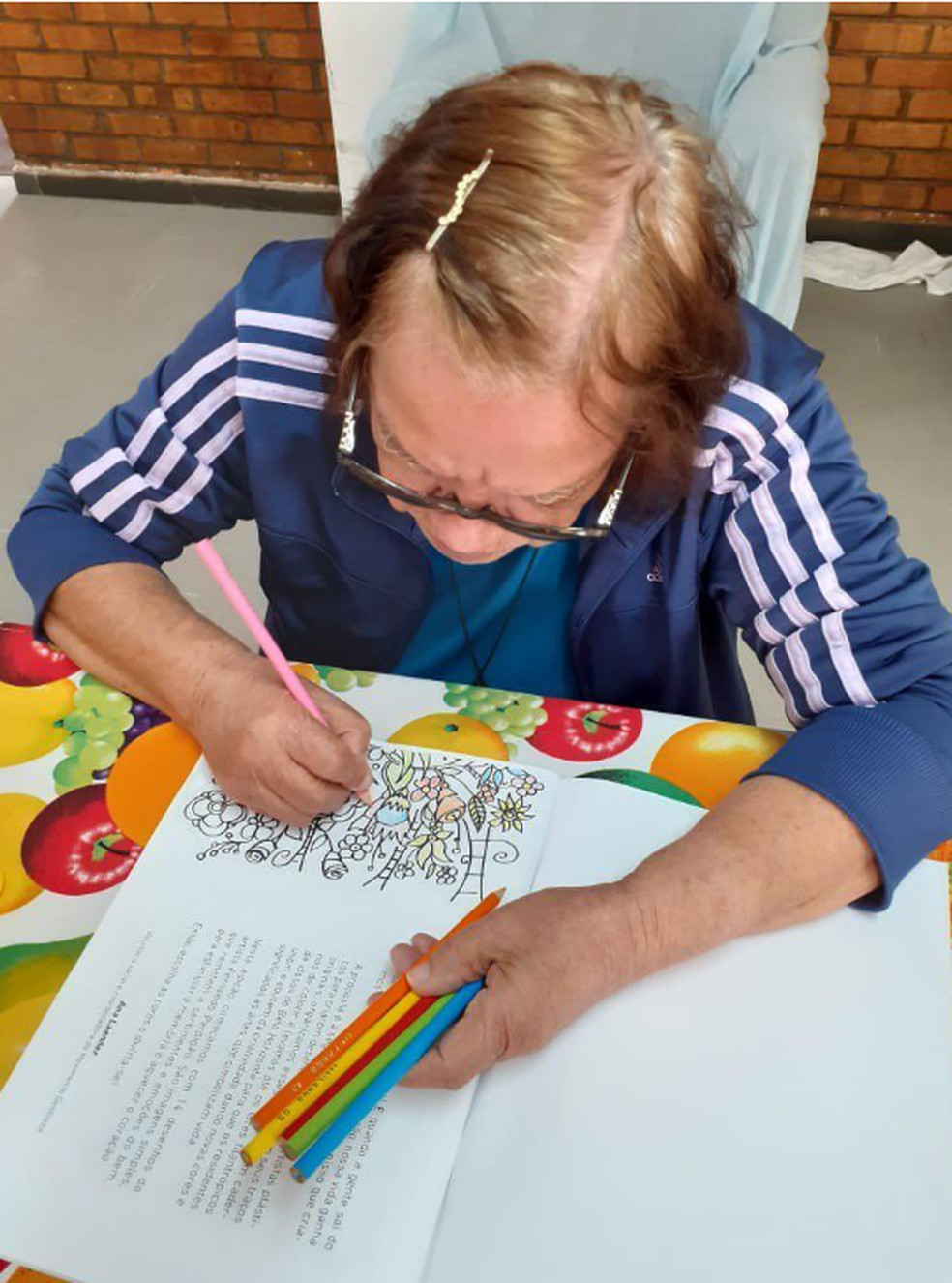 Além de cadernos de colorir, idosos ganham kit com lápis de cor, apontador e borracha — Foto: PBH/Divulgação