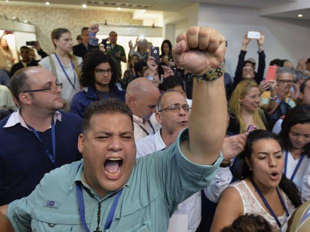 Membros do partido da oposição Movimento Democrático da Unidade (MUD) celebram vitória nas eleições legislativas na Venezuela (Foto: Luis Robayo/AFP PHOTO)