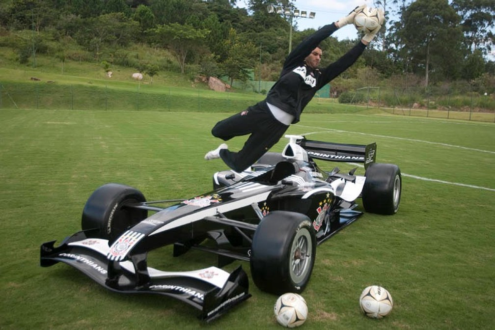 Weverton no Corinthians? Entenda a foto do goleiro saltando um carro de corrida