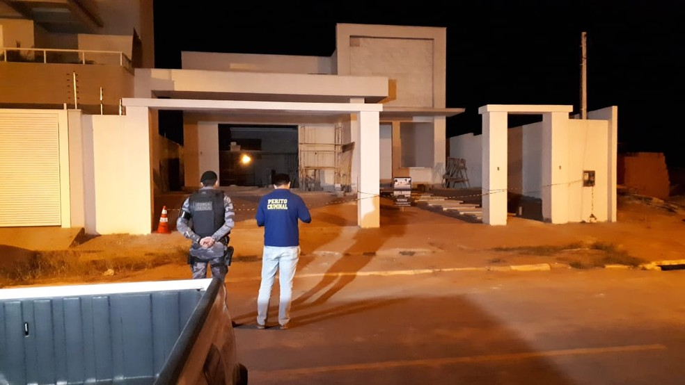 Dois homens foram mortos ao invadirem casa e tentarem atirar em policiais em Nova Mutum (Foto: Wesley Moreno)
