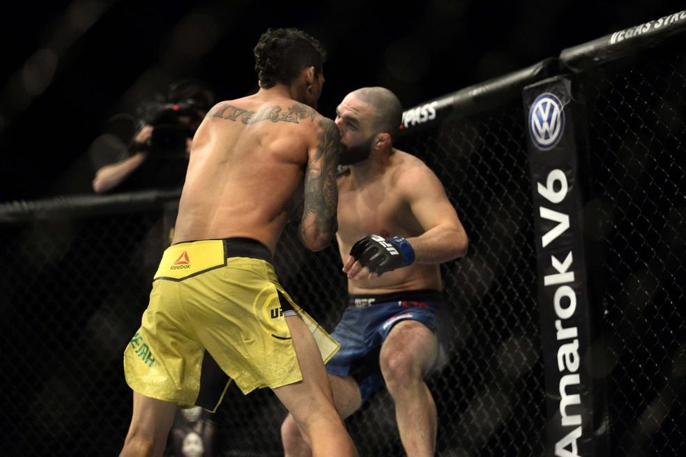 Charles do Bronx acerta o uppercut que derrubou Jared Gordon no UFC São Paulo — Foto: Marcos Ribolli