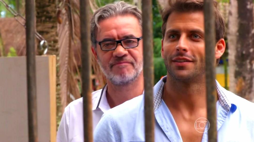 Cassiano (Henri Castelli) e Duque (Jean Pierre Noher) recomeçam a vida e compram bar que se chamará 'Flor do Caribe' — Foto: Globo