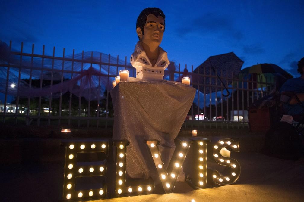 Fãs prestam homenagens no aniversário de 40 anos de morte de Elvis Presley (Foto: AP Photo/Brandon Dill)
