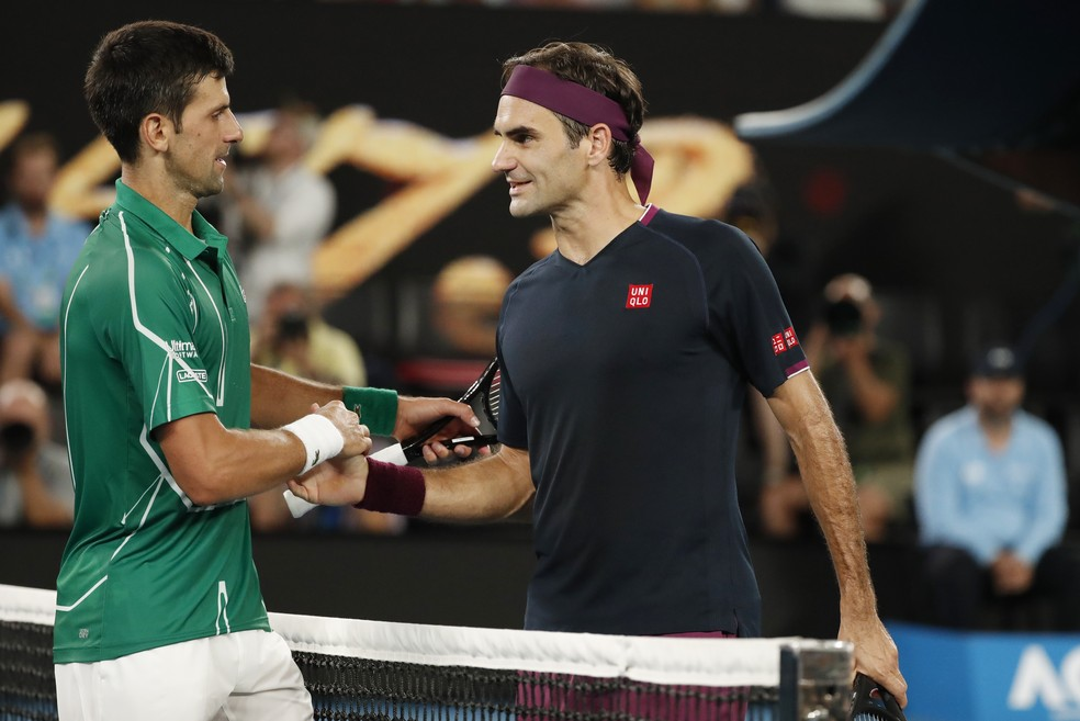 Roger Federer e Novak Djokovic no Aberto da Austrália — Foto: REUTERS/Issei Kato
