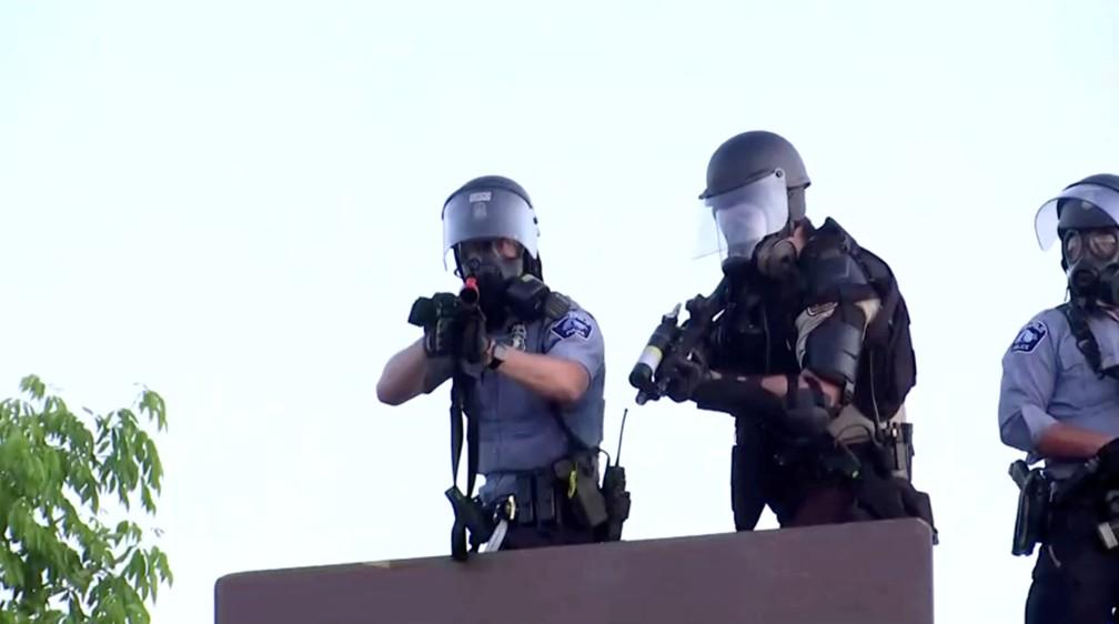 Policiais miram cinegrafista da agência de notícias Reuters durante protestos no sábado (30) em Minneapolis, Minnesota, pela morte de George Floyd. — Foto: Julio Cesar-Chavez/Reuters