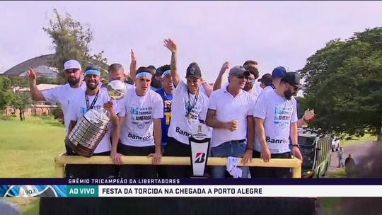 """Renato abre mão de camisa personalizada e """"encabeça"""" turma da cerveja em festa"""