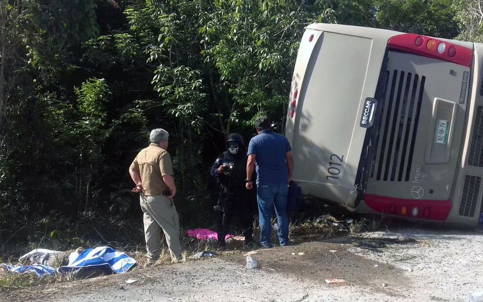 Policiais e paramédicos trabalham em local onde ônibus com turistas sofreu acidente entre El Cafetal e Mahahual, em Quintana Roo, no México, na terça-feira (19) (Foto: Manuel Jesús Ortega Canche/AFP)