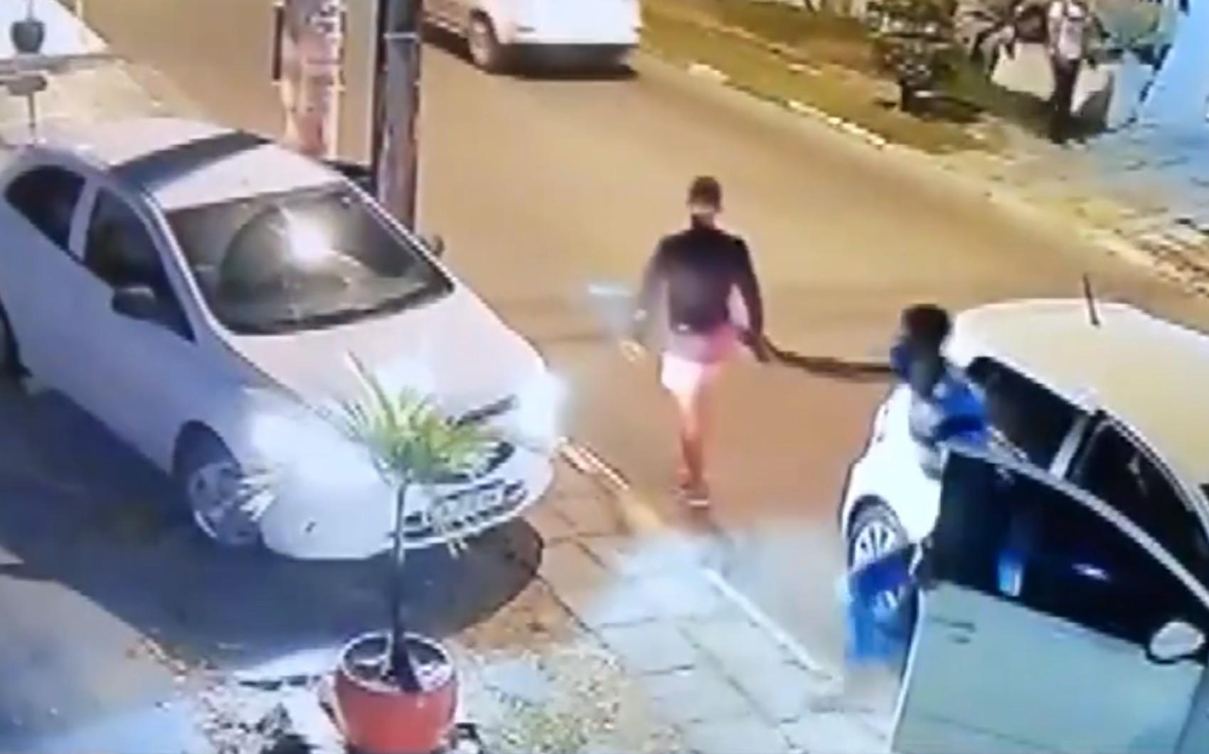 VÍDEO: Câmeras de segurança flagram roubo de carro na região metropolitana de Salvador