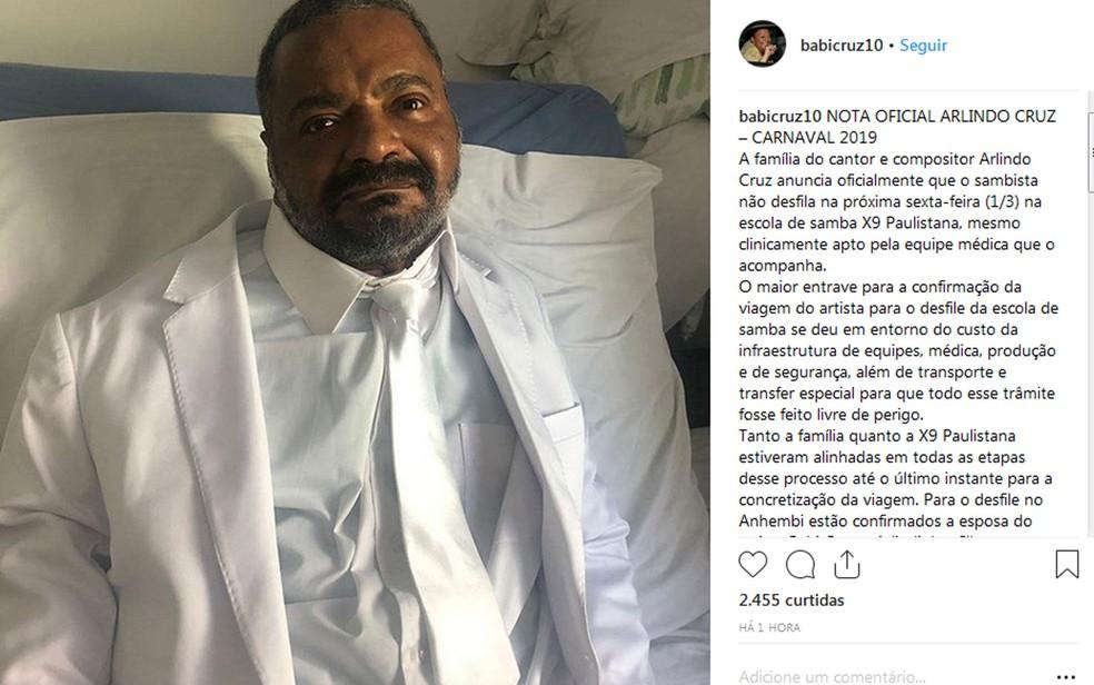 Esposa de Arlindo postou uma foto dele vestindo o terno que usaria no desfile da X-9 Paulistana — Foto: Reprodução/Rede social