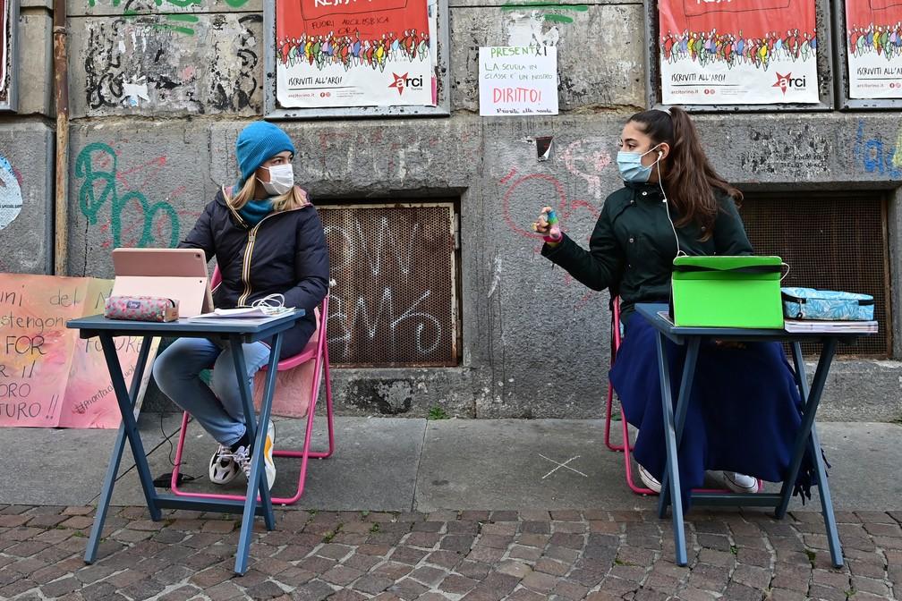 Protesto desta terça-feira (17) em Turim, na Itália, pela reabertura das escolas — Foto: Miguel Medina/AFP