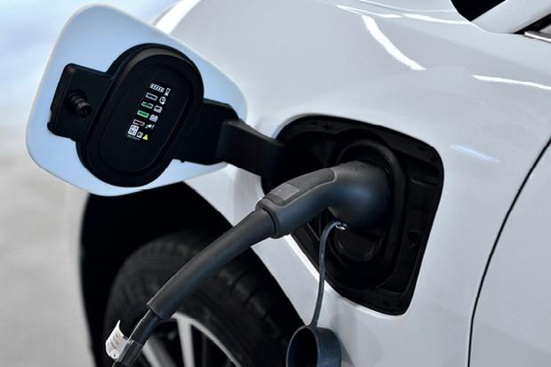 Jaguar I-pace: Acima, o conector para recarregar as baterias. A outra extremidade pode ser ligada em tomadas comuns.  (Foto: Divulgação)