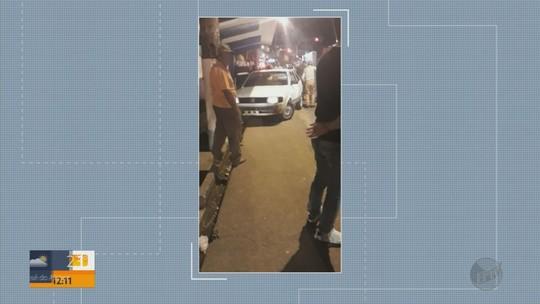 Carro invade calçada, bate em ponto de ônibus e deixa quatro feridos em Varginha, MG