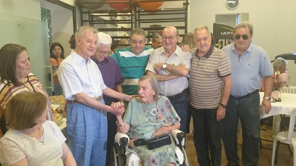 Todos os amigos da dona Adélia ficam encantados com a lucidez da senhora de 105 anos  — Foto: Júlia Nunes/G1