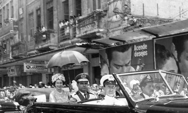 A Rainha Elizabeth passeia de carro aberto em Salvador, em 3 de novembro de 1968