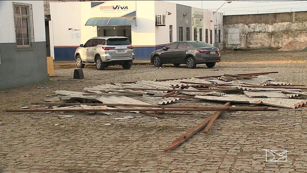 Telhas de galpões não resistiram a força dos ventos que foram registrados na tarde deste sábado (8) em São Luís.  (Foto: Reprodução/TV Mirante)
