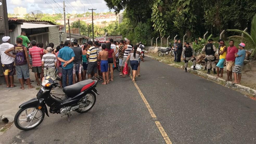 Homem morto na manhã desta quarta-feira trabalhava na feira de Jaguaribe, em João Pessoa (Foto: Walter Paparazzo/G1)