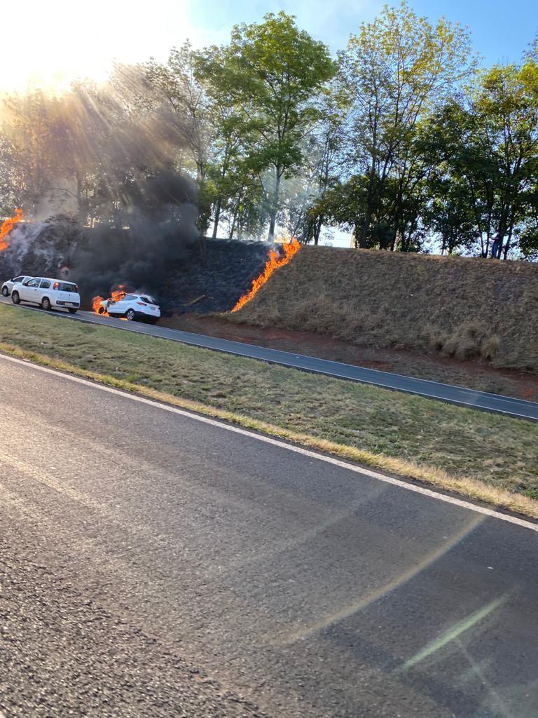 Carro pega fogo na rodovia  Washington Luís em Rio Preto