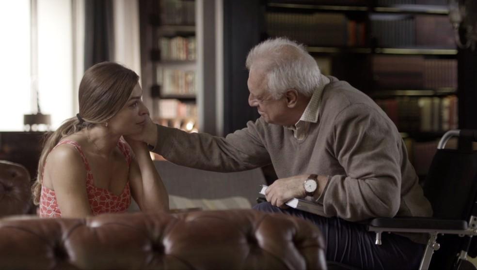 Alberto (Antonio Fagundes) consola Paloma (Grazi Massafera) — Foto: Globo