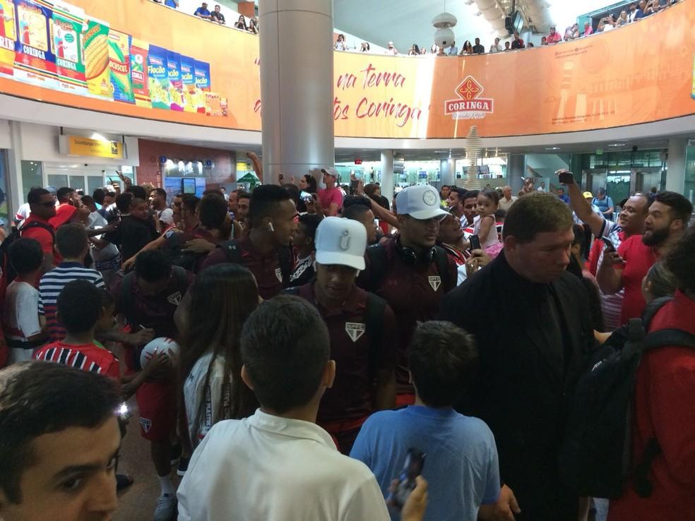 São Paulo é recebido por torcedores em Maceió (Foto: Leandro Canônico )