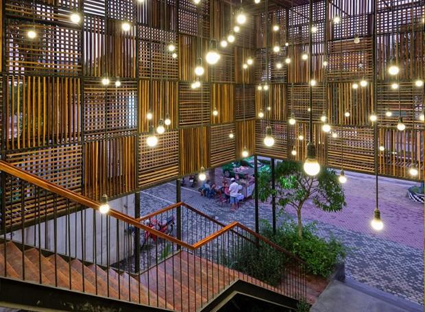 Pequenas lâmpadas pendentes complementam a luz solar que penetra nos módulos da fachada (Foto: Quang Dam/ Designboom/ Reprodução)