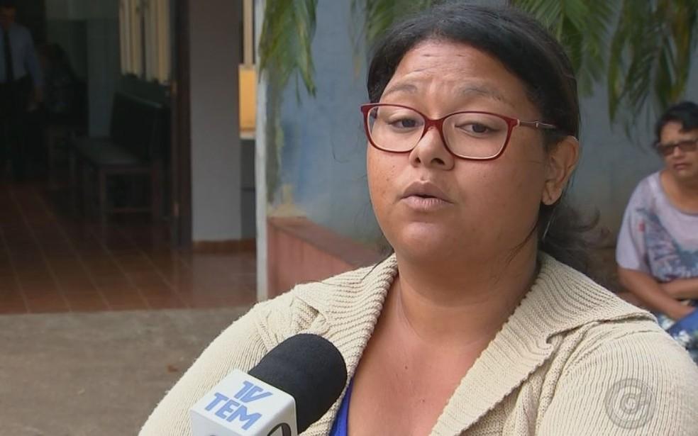 Tia alega que houve demora no atendimento e que hospital não tinha o soro contra o veneno do escorpião (Foto: TV TEM / Reprodução )