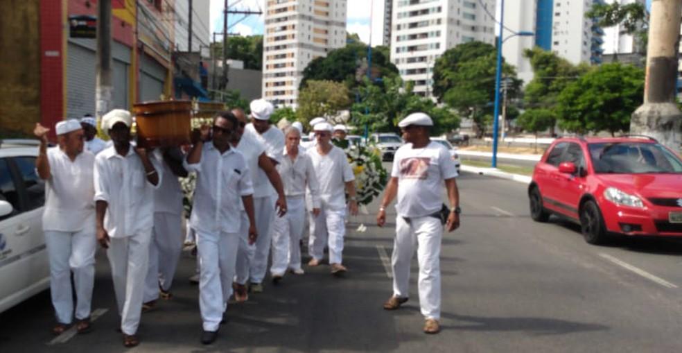 Corpo de Mãe Tatá Oxum Tomilá foi levado para o cemitério Jardim da Saudade, em Salvador — Foto: Jeferson Janer/TV Bahia