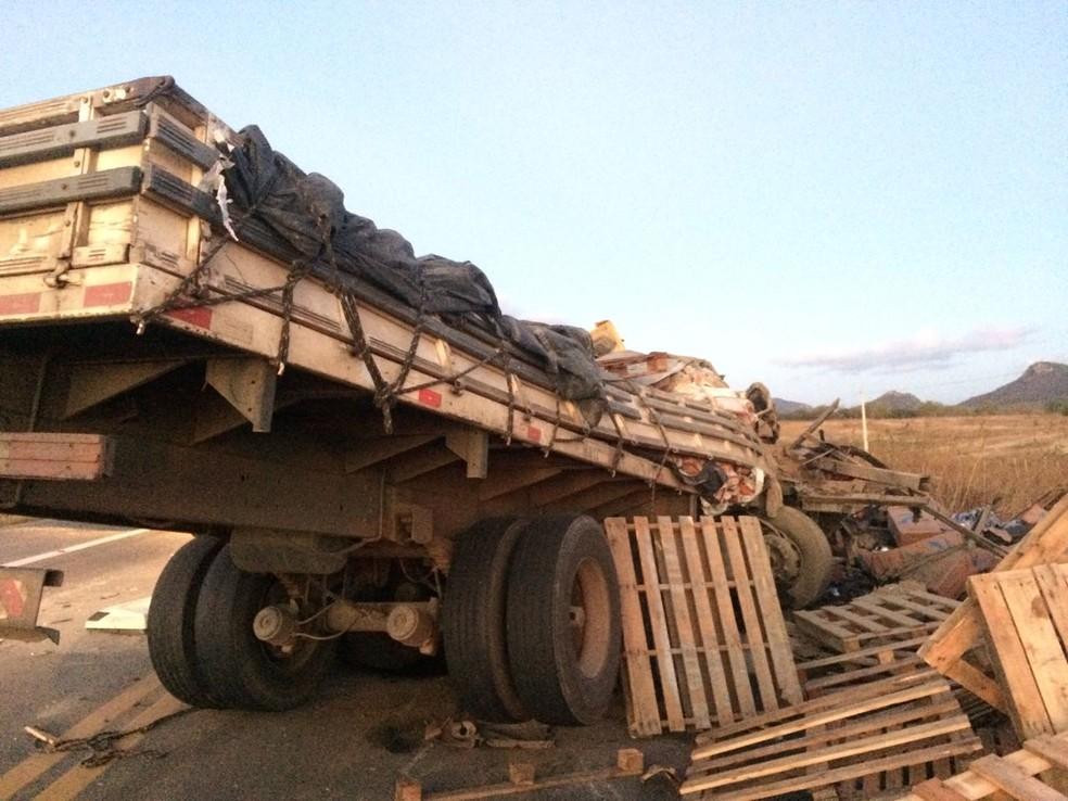 Caminhões colidiram na BR-222, em Irauçuba (Foto: PRF/Divulgação)
