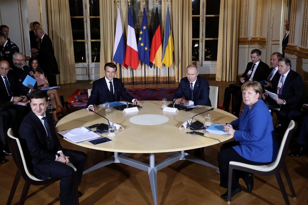 Reunião desta segunda-feira (9) em Paris com líderes de quatro países. Da esquerda para a direita: Volodymyr Zelensky (Ucrânia), Emmanuel Macron (França), Vladimir Putin (Rússia) e Angela Merkel (Alemanha) — Foto: Thibault Camus, Pool/AP Photo