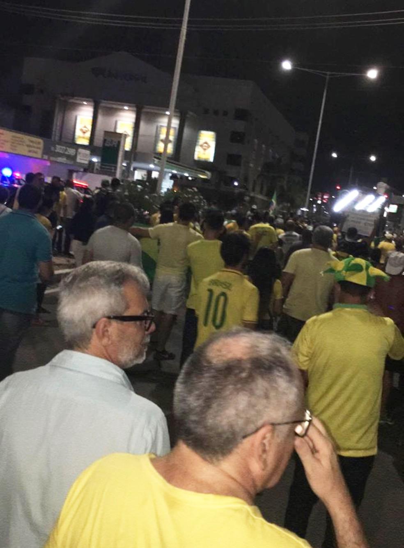 NATAL, 18h10: manifestantes saíram do Midway Mall e caminharam pela Av. Salgado Filho — Foto: Heloísa Guimarães/Inter TV Cabugi