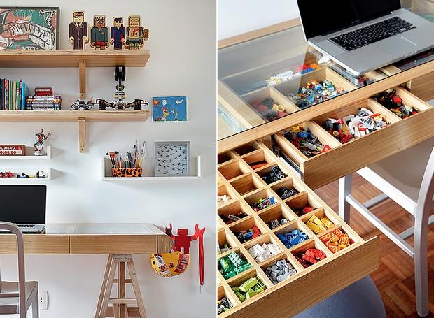 A escrivaninha de Gabriel, 8 anos, é também lugar de brincar. O tampo de vidro revela as gavetas com divisórias, perfeitas para guardar miudezas, como as peças de Lego. Prateleiras organizam objetos maiores. Projeto da arquiteta Leila Bittencourt (Foto: MCA Estúdio)