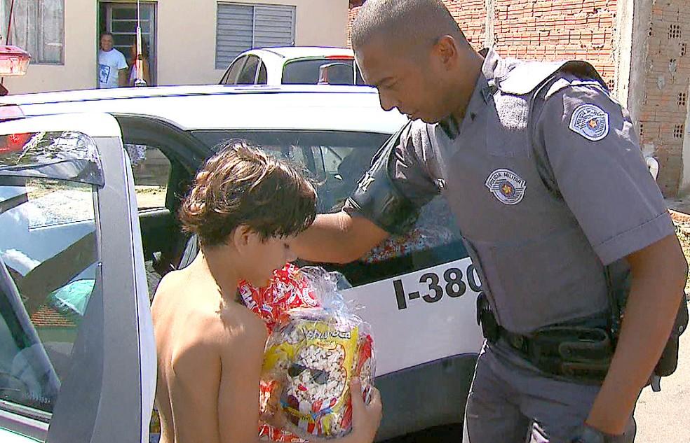 Crianças ganharam brinquedos da PM de São Carlos (Foto: Felipe Lazzarotto/EPTV)