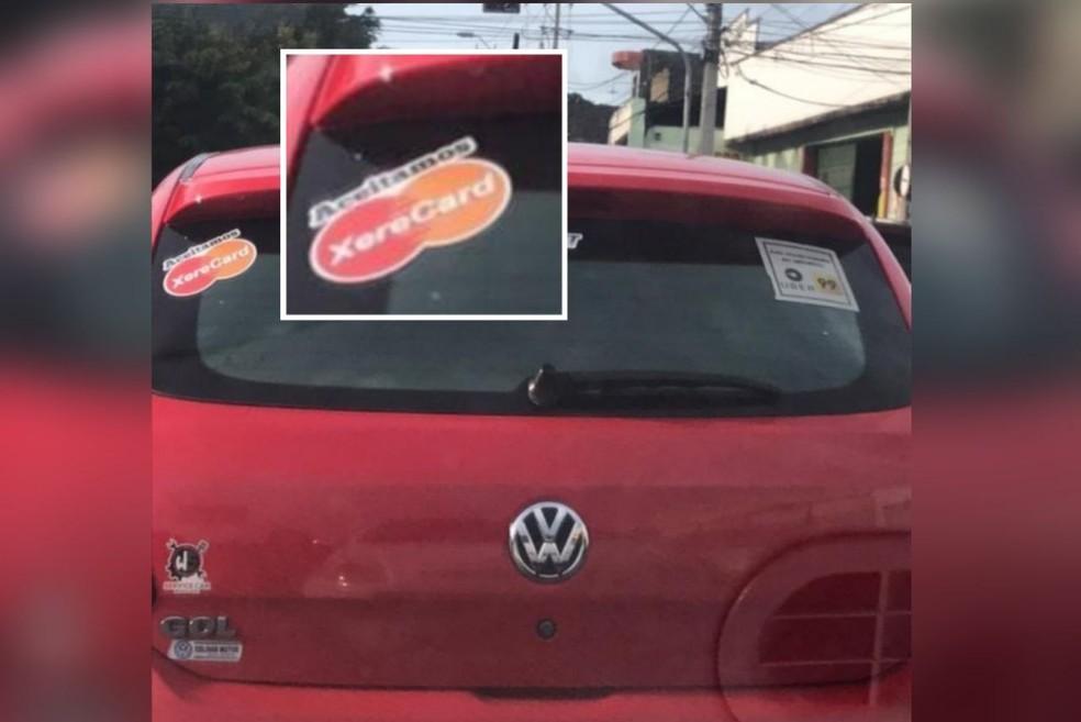 O carro possuía dois adesivos: um com referência a música e outro com a logomarca de dois aplicativos de transporte. — Foto: Arquivo pessoal