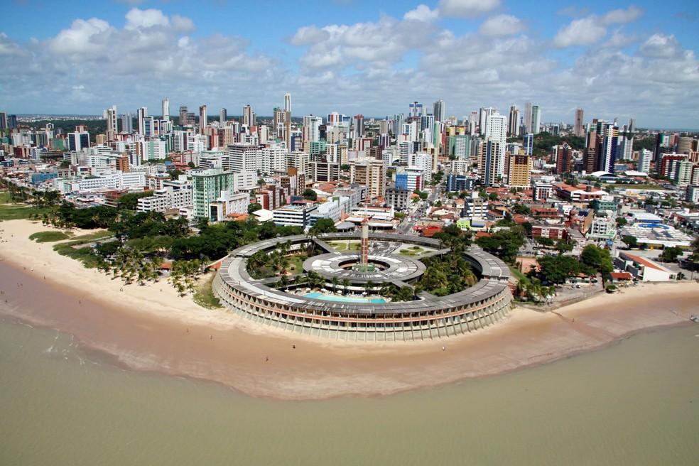 Vista aérea do Hotel Tambaú, que tem mais de 40 anos de história e fica em frente ao mar da capital paraibana — Foto: Francisco França / Jornal da Paraíba