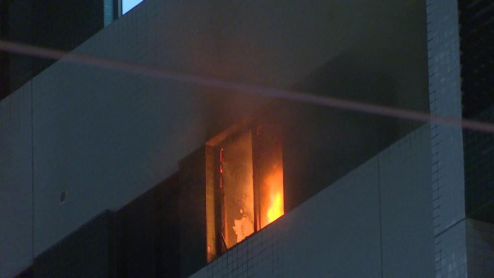 Fogo atingiu quarto de apartamento de edifício no bairro do Espinheiro, no Recife  — Foto: Eliab Pessoa/TV Globo