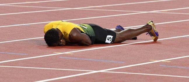 O maior velocista de todos os tempos cai aos prantos na pista em Londres. Bolt fez neste sábado a última prova de sua carreira para entrar para a história. Infelizmente, não da forma que esperava. O homem mais rápido foi derrotado por uma lesão muscular (Foto: Andrej Isakovic / AFP)