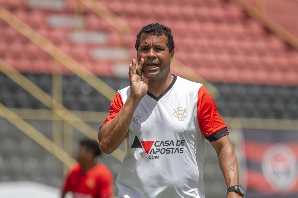 Rodrigo Chagas começa a preparar o Vitória para jogo contra o Rio Branco-ES nesta segunda-feira — Foto: Letícia Martins/ECV