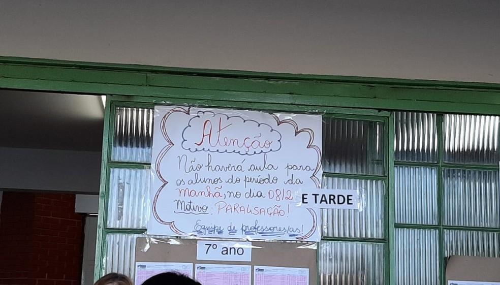Cartazes foram fixados nas porta de algumas escolas que aderiram paralisação — Foto: Gabinete vereadora Cláudia Guerra/Divulgação