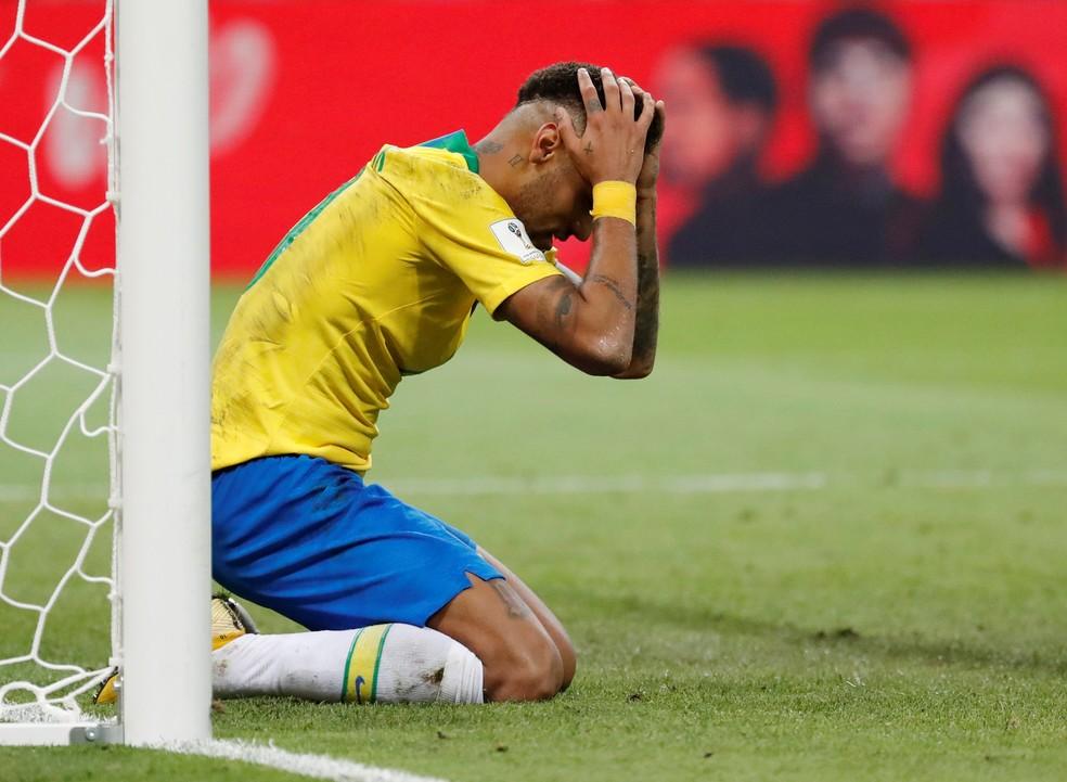 Neymar se desespera durante a partida contra a Bélgica (Foto: Toru Hanai/Reuters)