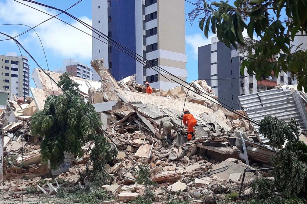 Bombeiros trabalham na busca por sobreviventes nos escombros do prédio que desabou em Fortaleza — Foto: LC Moreira/Futura Press via AP