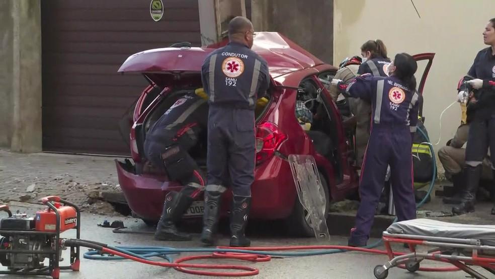 Equipes do Samu tentam resgatar vítima presa às ferragens de carro após acidente na Avenida Norte, no Recife â?? Foto: Reprodução/TV Globo