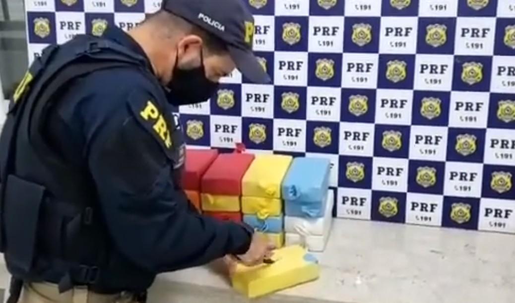 Trio é preso por tráfico após ser flagrado com cerca de 18 kg de cocaína escondidos em carro no sudoeste da Bahia